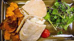 Ostesmørbrød med fire oster Camembert Cheese, Chips, Lunch, Breakfast, Fire, Morning Coffee, Potato Chip, Eat Lunch, Potato Chips
