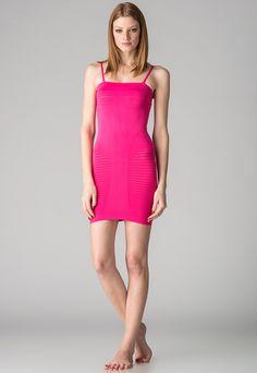 Triumph  Woman Fit me Nice Fuchsia Dress    105,90 лв.  47,90 лв.    Описание на продукта:  Топ във фуксия с характеристики:   - еластична материя  - фини рипсени елементи  - тесни регулируеми и отделящи се презрамки  - силиконови ленти  - лого.     Състав:  85% полиамид, 15% еластан    Поддръжка:  За подходящата грижа на този продукт, моля следвайте инструкциите, посочени на етикета.     Код на продукта:  10113564-4160