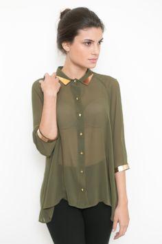 Camisa transparente verde militar com detalhes dourados na gola e manga