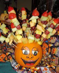 My Little Corner: Halloween Food: Fruit Kabobs in a Pumpkin (my little pumpkin crafts) Pumpkin Crafts, A Pumpkin, Pumpkin Recipes, Fall Recipes, Holiday Recipes, Holiday Foods, Party Recipes, Pumpkin Head, Holiday Treats
