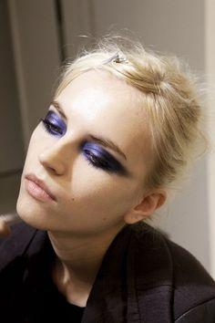 METALLIC EYES MIA ΤΑΣΗ ΠΟΥ ΠΡΕΠΕΙ ΝΑ ΚΑΝΕΙΣ ΑΥΤΑ ΤΑ ΧΡΙΣΤΟΥΓΕΝΝΑ Blue Makeup, Makeup Art, Makeup Tips, Hair Makeup, Makeup Ideas, Makeup Inspo, Makeup Drawing, Doll Eye Makeup, Makeup Meme