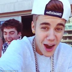 Justin Bieber pictured spitting over hotel balcony onto crowd of waiting fans