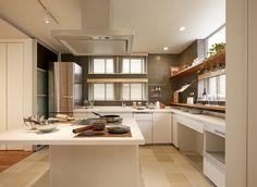 憧れのアイランドキッチン。吊り戸棚は取り付けずに広がり感を重視しました。オープン棚にはグラスや小物を美しく飾って。キッチンに立つのが楽しくなる設えです。IHクッキングヒーター、食洗機、家電収納と設備も収納も充実。クッキングスタジオにも使っています。