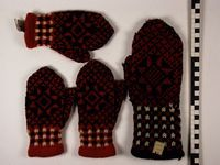 Acht wanten van wol, gebreid als monster door vrouwen uit Groenlo in Grols motief met rood als hoofdkleur, voor groothandel in tricot en leder J.H. Bersenbrugge & Zonen te Deventer | Berssenbrugge & Zonen