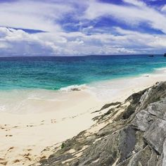 #TBT to somewhere warmer and to the most beautiful beach I have ever seen! #Bermuda. You can see all my tips #ontheblog. Link in bio. by jacksonsnook1