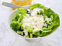 Isoäidin munasalaatti on perinteinen vanhan ajan salaatti. Kermainen kastike ja munanvalkuaissilppu ovat tämän mehevän herkkusalaatin juju. Halutessasi voit sekoittaa salaatin ja kastikkeen keskenään.