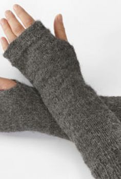 Fra novice til (næsten) prof Knit Mittens, Mitten Gloves, Knitting Accessories, Drops Design, Baby Knitting Patterns, Yarn Crafts, Knitting Projects, Fingerless Gloves, Arm Warmers
