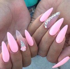 Punta estileto en rosa pastel y anular en rosa traslucido con piedras