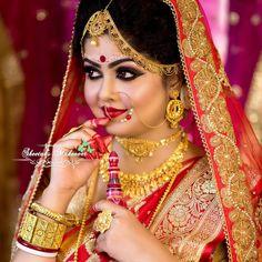 Gold Jewelry In Pakistan Key: 5664634743 Indian Wedding Pictures, Indian Wedding Poses, Indian Bridal Photos, Indian Wedding Couple Photography, Bengali Wedding, Bengali Bride, Indian Bridal Sarees, Indian Bridal Fashion, Bride Photography