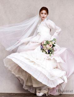 신비로움을 선사하는 한복 자락 Korean Traditional Clothes, Traditional Fashion, Traditional Dresses, Traditional Wedding, Hanbok Wedding, Wedding Attire, Wedding Dresses, Wedding Headband, Korean Dress