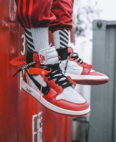 OFF-WHITE takes apart the Air Jordan 1 and gives it a brand new look. Are you a fan? Tap the link in our bio to see more on feet images + release information. #kicksonfire @13thmessenger