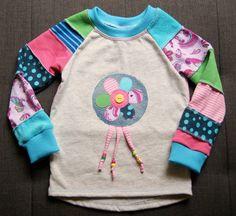 Komplett aus der Restekiste (außer die Armbündchen) ist ein Pullover in Größe 86 entstanden.     Das Schnittmuster ist aus der aktuellen O...