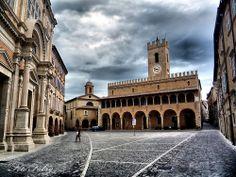 """Piazza di Offida. Paese del piceno conosciuto per il vino e particolare lavorazione dei merletti """"tombolo"""""""