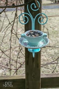 DIY tea cup candle sconce bird feeder tutorial ----- My Comment: Could put an LED light in, for out front, too! Diy Garden, Garden Crafts, Garden Projects, Garden Ideas, Diy Projects, Backyard Ideas, Teacup Crafts, Teacup Candles, Diy Bird Feeder