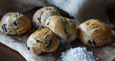 Homemade olive rolls by Greek chef Akis Petretzikis. This recipe makes fluffy, delicious, aromatic, freshly baked olive rolls right at home that are perfect! Tea Loaf, Olive Bread, Greek Olives, Moussaka, Greek Salad, Greek Recipes, Food Porn, Rolls, Vegetarian