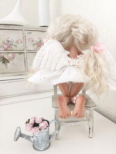 Купить или заказать Ангелошенька с Леечкой (авторская работа) в интернет-магазине на Ярмарке Мастеров. Очаровательный , маленький ангелочек будет украшать собой Вашу полочку! Ангелошка сшита из ткани , сарафанчик и браслетик на ножке украшен белыми бусинами натурального камня-Агата, крылышки можно сгибать , ручки и шею можно аккуратно сгибать, волосики натуральные - можно делать причёски , леечка и стульчик идёт в комплекте !!! (Куколка не создана для игр - только для души ) (повтор и на…