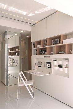 Pode não parecer, mas neste espaço cabem dormitório com duas camas, sala de estar com sofá e TV, cozinha, sala de jantar, banheiro e até home office. Veja