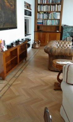 parquet doussie schiarito Hardwood Floors, Flooring, Rugs, Home Decor, Natural Colors, Wood Floor Tiles, Farmhouse Rugs, Decoration Home, Room Decor