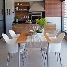 """Espaço para cozinhar e receber os amigos. Esse foi o pedido de Eduardo Motta ao irmão, o arquiteto Gustavo Motta. """"Ele já morou em casa com churrasqueira e agora retomou algo que gosta de fazer"""", conta o profissional sobre a varanda gourmet"""