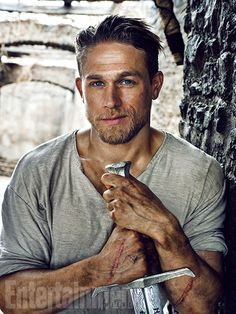 Knights of the Round Table: Charlie Hunnam è Re Artù nelle prime immagini ufficiali
