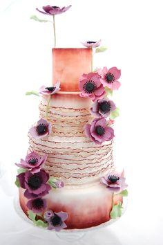 """Unconventional Beauty nasce dall'idea di creare una torta con forme e colori non standard ma molto differenti tra loro: nel vostro caso il viola nelle sue sfumature e il rosa pesco. Ecco a voi un tutorial per creare l'anemone, una pianta erbacea molto decorativa il cui nome significa """"fiore..."""
