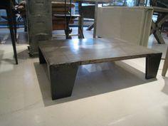 Gammel fransk industripalle i afpudset metal. Lækre former på pallen, der kan blive et super sofabord. Mål: L 105 X B 77 X H 26 Cm.