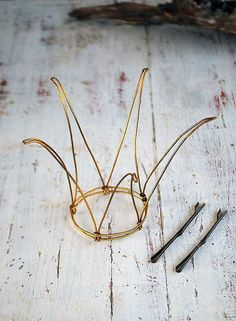wire wire crown,para las que tienen en casa princesas como yo.wire wire crown maybe fancy it up with some sparkly beads?wire crown for paper bag princess or wild thingsMake a crown for Liz with malleable gold wire from Home Depot.Etsy の Wire prince Wire Crown, Art Fil, Wire Crafts, Tiaras And Crowns, Wire Art, Wire Jewelry, Wire Bracelets, Wire Necklace, Wire Earrings