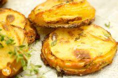 Como não amar batatas crocantes e assadas com parmesão, azeite e tomilho? Com certeza você vai adorar.