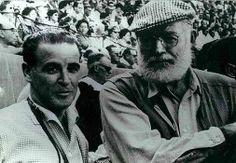 Hemingway, en el coso de la Condomina, con el célebre fotógrafo Juan López, antes de comenzar la corrida. Murcia, Antigua, Pictures
