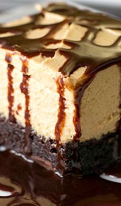 Brownie Dream Peanut Butter Brownie Dream-- brownie mix bottom layer topped with simple top layer and drizzled with chocolate sauce.Peanut Butter Brownie Dream-- brownie mix bottom layer topped with simple top layer and drizzled with chocolate sauce. Dessert Dips, Smores Dessert, Köstliche Desserts, Chocolate Desserts, Delicious Desserts, Dessert Recipes, Chocolate Syrup, Recipes With Chocolate Sauce, Chocolate Chips