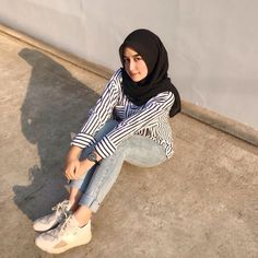 Image may contain: one or more people Casual Hijab Outfit, Ootd Hijab, Hijab Chic, Casual Outfits, Hijab Fashion Inspiration, Mode Inspiration, Modest Fashion, Fashion Outfits, Womens Fashion