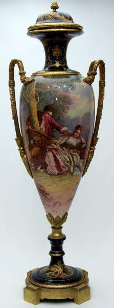 """""""SÈVRES"""" Grande ânfora de porcelana esmaltada decorada com cena galante em paisagem e detalhes em do"""