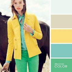 Девочка носить зеленые брюки и пиджак желтую и голубую блузку в то время как эта остановку с лошадью