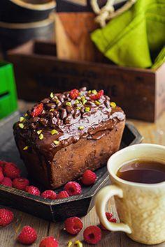 Шоколадный кекс с орехами, малиной и шоколадом