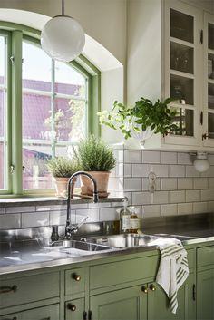 Rustic Kitchen, New Kitchen, Kitchen Dining, Kitchen Cabinets, Kitchen Ideas, Cuisines Design, Scandinavian Home, Step Inside, Traditional Kitchen