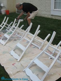 Kitchen Table and Chairs Makeover Chairs being spray painted with white latex paint. Spray Paint Chairs, Spray Paint Furniture, Diy Spray Paint, White Painted Furniture, Painting Wooden Furniture, Refurbishing Furniture, Spray Painting, Rustic Furniture, Furniture Ideas