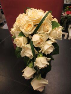 Valkeaa ruusua, yksinkertaisesti pisarana.