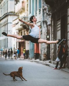 Omar Robles captures stunning photos of dancers in the streets of Cuba