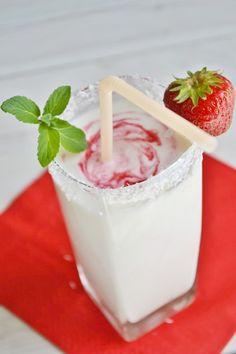 Za kilka dni zaczyna się lato - idealna pora na komponowanie pysznych koktajli mleczno-owocowych! Kochamy je wszystkie: truskawkowo-bananowe, brzoskwiniowo-pomarańczowe, jagodowe, z lodami, na mleku, z sokiem, na kefirze, z jogurtem, z dodatkiem płatków owsianych, itd, itp. A oto przepis jednego z naszych użytkowników na koktajl kokosowo-porzeczkowy.