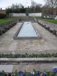 Nog zo'n symbolische plek in Dublin: de Garden of Remembrance. Het rustige park aan de noordkant van het centrum is in 1966 aangelegd ter nagedachtenis aan iedereen die zijn leven opofferde voor de Ierse vrijheid.