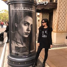 Emeraude Toubia with an Isabelle Lightwood Poster | AND she's wearing a Sizzy shirt! | Shadowhunters TMI Cast