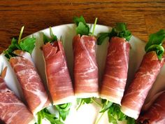 Last-Minute Appetizer: Prosciutto-Wrapped Arugula - xmas food - Appetizers for party Best Party Appetizers, Snacks Für Party, Appetizer Recipes, Party Nibbles, Simple Appetizers, Party Party, Parma, Last Minute Appetizer, Paleo Recipes