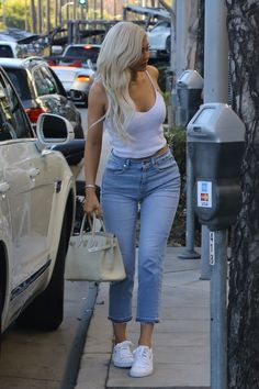Kylie Jenner in a white tank top and jeans in Beverly Hills. Kylie Jenner Body, Ropa Kylie Jenner, Trajes Kylie Jenner, Kylie Jenner Outfits, Estilo Kardashian, Robert Kardashian, Kardashian Style, Casual Fall Outfits, Trendy Outfits