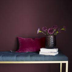 Mørk Orkide FR1364. Mørk og fyldig som vin er denne fargen som fløyel med mye sort i seg. #Burgunder#Bohem#fargekart#Fargerike#inspirasjon#gang#benk#velvet#inspiration#burgundy Red Interiors, Colorful Interiors, Red Interior Design, Fungi, Dusty Pink, Dark Red, Divas, Orchids, Empire