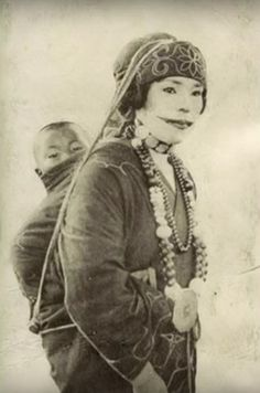 """Ainu people (アィヌ ) are an indigenous people of Hokkaido, Japan. The """"Ainu Culture"""" extended from about 1400 to the early Old Pictures, Old Photos, Vintage Photos, Cultures Du Monde, World Cultures, Samurai, Nagoya, Osaka, Japanese Culture"""