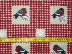 Kerst - Stevige katoenen stof met een print van appelvinkjes en sneeuwvlokjes op een beige/rood geruite achtergrond