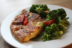 Ostepaneret omelet med broccoli og tomat