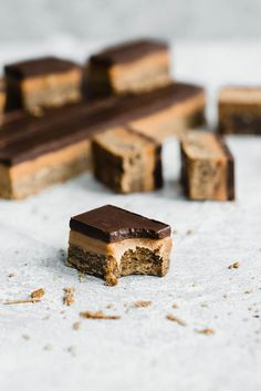 Classic Millionaire Bars get a twist with these Gingerbread Millionaire Bars! Made with spiced ginger shortbread, homemade chewy caramel, and chocolate! Slow Cooker Desserts, Easy Desserts, Delicious Desserts, Fudge, Millionaire Bars, Cookie Recipes, Dessert Recipes, Bar Recipes, Baking Recipes