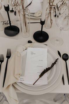 Minimalist Wedding Decor, Minimalist Garden, Minimal Wedding, Black Wedding Decor, Black Decor, Wedding Menu, Our Wedding, Dream Wedding, Round Table Decor Wedding