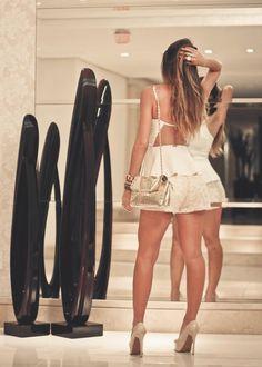 Look super fofo com shorts e top peplum off white